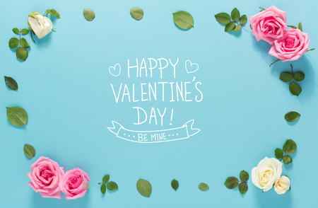 Happy Valentines Day message with roses and leaves top view flat lay 免版税图像