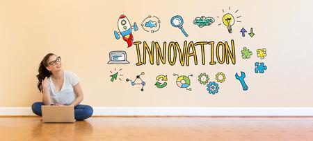 바닥에 랩톱 컴퓨터를 사용하는 젊은 여성과 혁신 텍스트 스톡 콘텐츠