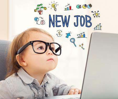 Texto novo emprego com menina criança usando seu laptop Foto de archivo