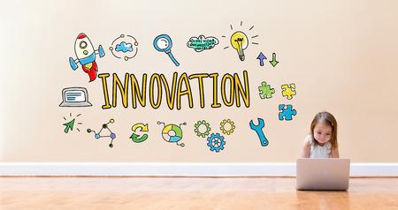 바닥에 랩톱 컴퓨터를 사용하는 어린 소녀와 혁신 텍스트 스톡 콘텐츠