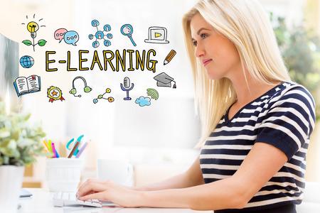 E-learning met gelukkige jonge vrouw zit aan haar bureau achter de computer
