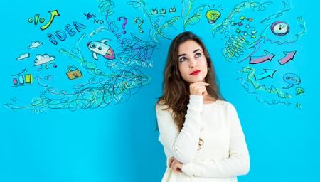 Jeune femme avec beaucoup de pensées sur un fond bleu Banque d'images - 93138826