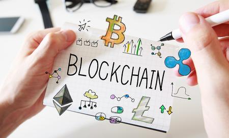 Blockchain met mans handen en een wit notitieboek Stockfoto