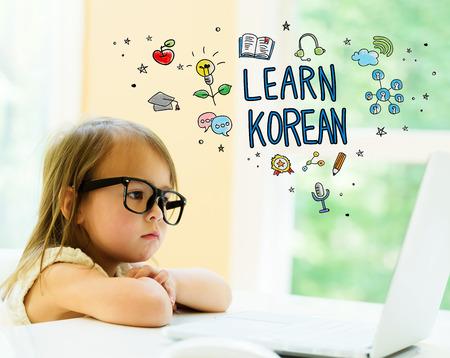 노트북을 사용하는 어린 소녀와 한글 텍스트 배우기 스톡 콘텐츠