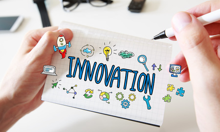Innovatie met mans handen en een wit notitieboek