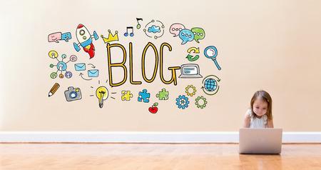 바닥에 랩톱 컴퓨터를 사용하는 어린 소녀와 블로그 텍스트 스톡 콘텐츠
