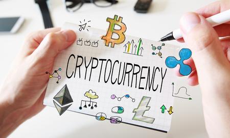 Cyptocurrency met mans handen en een wit notitieboekje Stockfoto