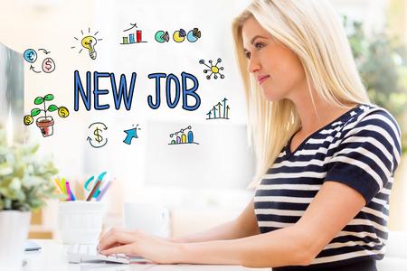 행복한 젊은 여자가 컴퓨터 앞에서 그녀의 책상에 앉아 새로운 직업