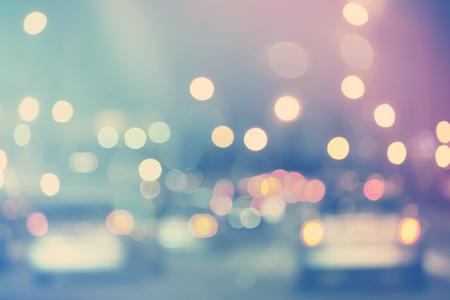 밤에 흐리게 도시 교통 배경 장면