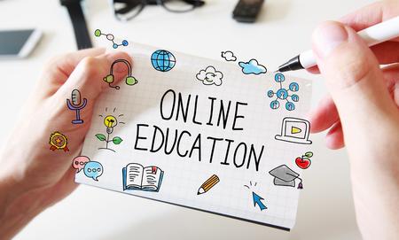 Online onderwijs met mans handen en een witte laptop