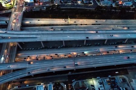 夜のロサンゼルス、カリフォルニア州の大規模な高速道路の航空写真
