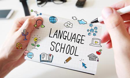 Taalschool met mans handen en een wit schrift Stockfoto