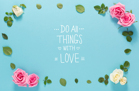 Do All Things With Love message with roses and leaves top view flat lay Stockfoto