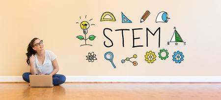 Texte STEM avec jeune femme à l'aide d'un ordinateur portable sur le sol Banque d'images - 95362459