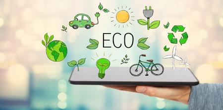 Eco mit Mann hält einen Tablet-Computer Standard-Bild - 96477089