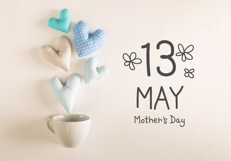 コーヒーカップから青いハートクッションが出てくる母の日のメッセージ
