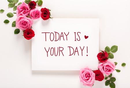 Mensaje de Hoy es tu día con rosas y hojas, vista superior plana