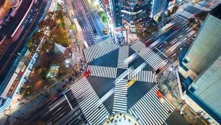 Vista aerea del traffico che attraversa un grande incrocio a Ginza, Tokyo, Giappone di notte