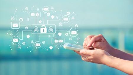 E-mailvirus en zwendelthema met persoon die een smartphone vasthoudt voor een modern gebouw
