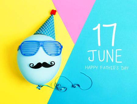 Fathers day message with party balloon with hat and glasses Archivio Fotografico - 102718939