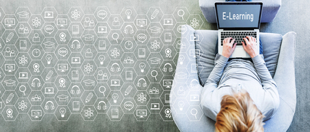 Concepto de e-learning con el hombre usando una computadora portátil en una moderna silla gris
