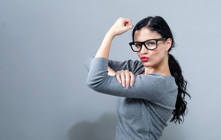 Mächtige junge Frau in einer Erfolgspose