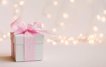 Una confezione regalo su uno sfondo chiaro brillante