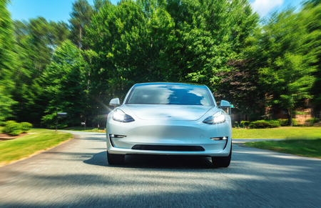 RALEIGH, NC - JUNE 10, 2018: An all electric Tesla Model 3 in Raleigh, NC. The Model 3 is set to be the Tesla's first mass market electric vehicle. Zdjęcie Seryjne - 118178039