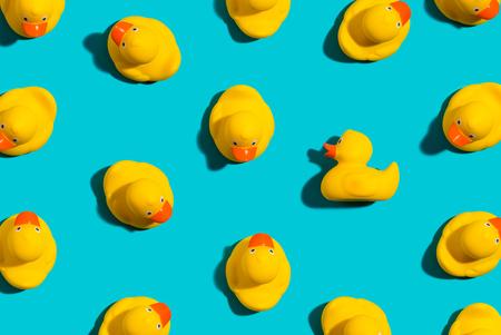 Un concept unique de canard en caoutchouc sur fond bleu