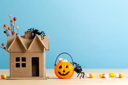 Calabaza de Halloween con araña sobre un fondo azul.