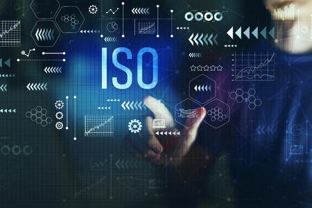 ISO mit jungem Mann auf einem dunklen Hintergrund Standard-Bild