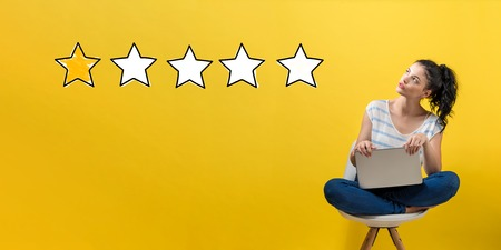One star rating with young woman using a laptop computer Imagens - 109269477