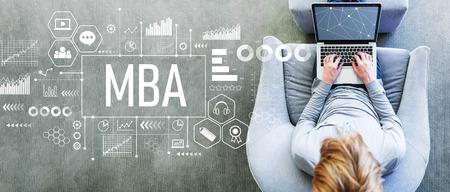 MBA con hombre usando una computadora portátil en una moderna silla gris