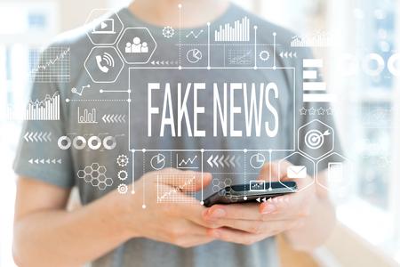 Noticias falsas con joven usando un teléfono inteligente