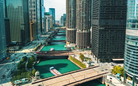 Chicago River with boats and traffic in Downtown Chicago 版權商用圖片 - 109558828