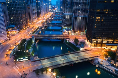 Chicago River with boats and traffic in Downtown Chicago at dawn Фото со стока - 109558871