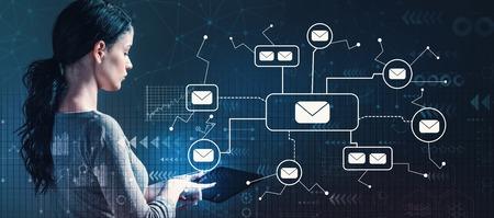 タブレットコンピュータを使用してビジネスウーマンとの電子メール