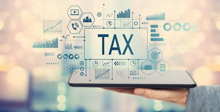 Steuer mit Mann, der einen Tablet-Computer hält