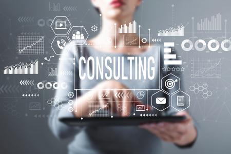 Consultar con mujer de negocios usando una tableta Foto de archivo