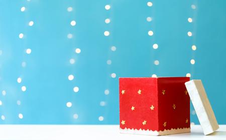 Weihnachtsgeschenkbox auf einem glänzenden hellblauen Hintergrund