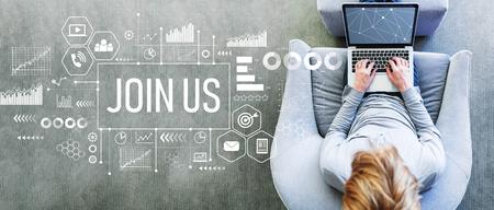 Rejoignez-nous avec un homme utilisant un ordinateur portable sur une chaise grise moderne Banque d'images