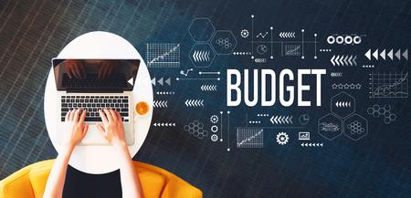 Budżet z osobą korzystającą z laptopa na białym stole