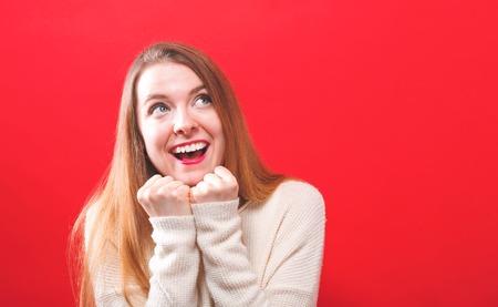 Jeune femme heureuse et pleine d'espoir sur un fond solide