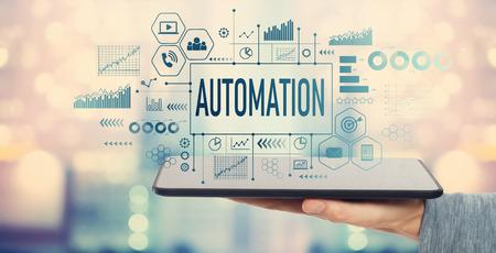 Automatisation avec homme tenant une tablette