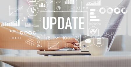 Actualización con mujer usando una computadora portátil en una mesa de café