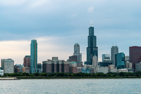 Chicago skyline skyscrapers at twilight with Lake Michigan in the foreground 스톡 콘텐츠