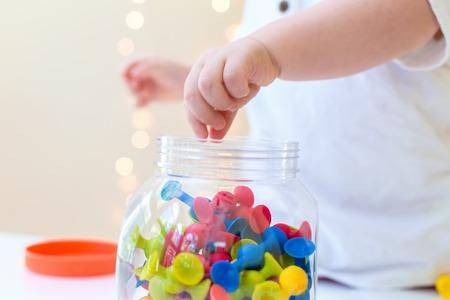 Petit garçon en bas âge jouant avec ses jouets Banque d'images