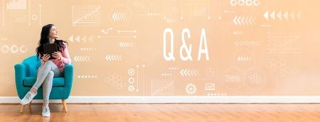 Fragen und Antworten mit einer jungen Frau, die einen Tablet-Computer in einem Stuhl hält Standard-Bild