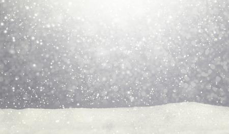 Winterschneefalllandschaftshintergrund mit schneehügel Standard-Bild