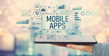 Mobile Apps mit Mann, der einen Tablet-Computer hält Standard-Bild